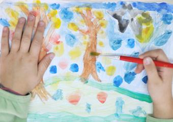 Children painting (photo)